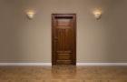 Elegáns fa ajtó kiépítésével foglalkozik az elismert asztalos mester