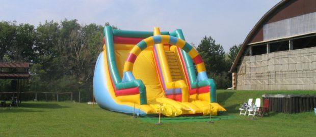 A felfújható csúszdánál kevés szórakoztatóbb játék van a gyermekek számára.